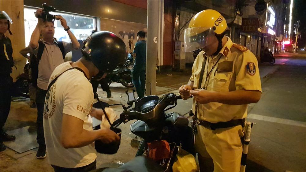 """CSGT xử lý nghiêm các trường hợp vi phạm khi đi """"bão"""". Ảnh: Dân Việt"""
