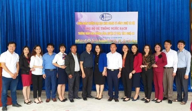 Các đại biểu đến từ Trường ĐH Kinh doanh và công nghệ Hà Nội, ngành Giáo dục tỉnh Nghệ An, chính quyền xã Mường Lống và Trường Mầm non Mường Lống chụp ảnh lưu niệm. Ảnh: CĐ Giáo dục Nghệ An