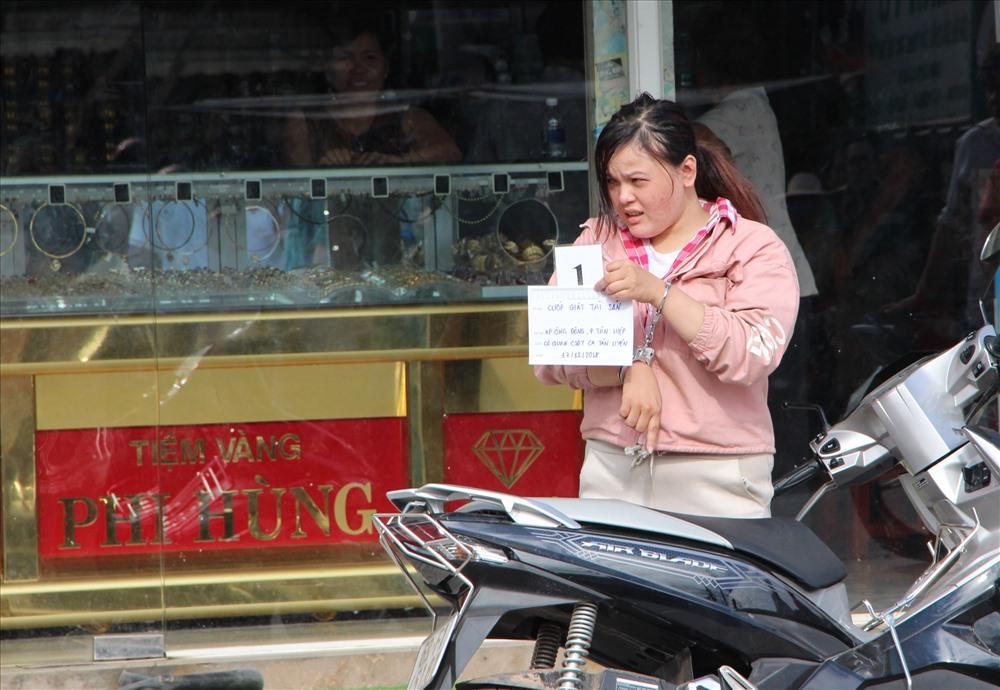 Người phụ nữ đi xe máy một mình đến cướp giật vàng.