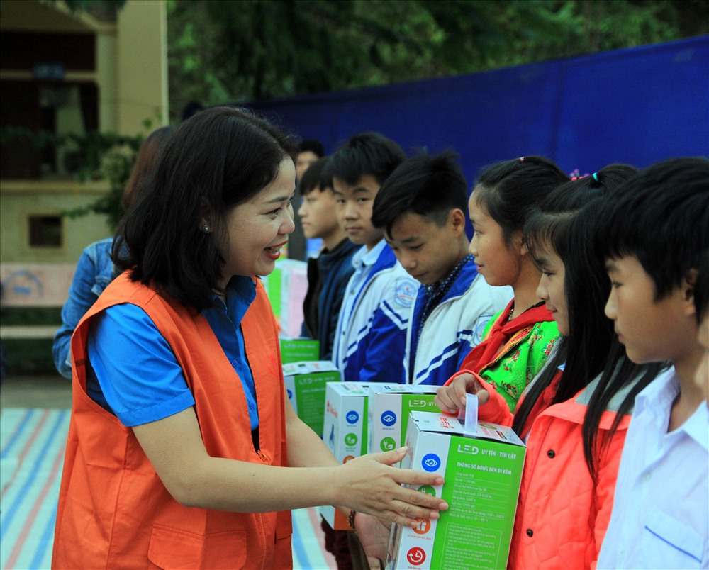 Đại diện quỹ XHTT Tấm lòng vàng Báo Lao Động tặng đèn bàn cho học sinh Trường Phổ thông Dân tộc bán trú THCS Nậm Manh