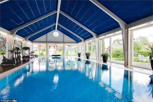 Bể bơi nước nóng ngay trong nhà.