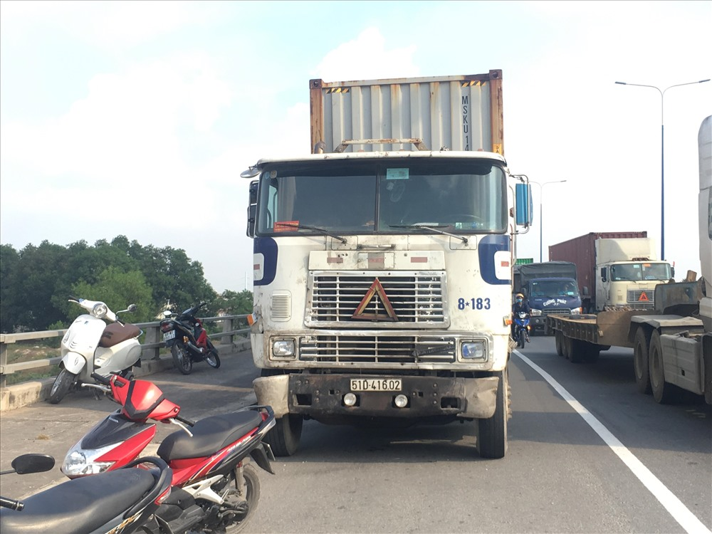 Xecontainer dừng lại lấn hết đường giành cho xe máy.