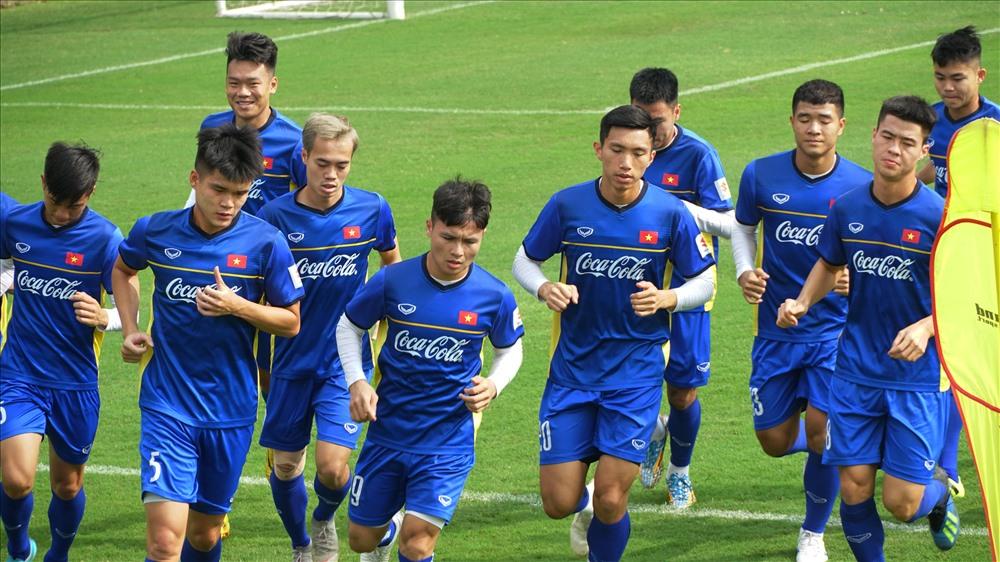 Sau nhiều vòng chạy quanh sân, các cầu thủ đều tỏ ra thấm mệt. Riêng trung vệ trẻ Nguyễn Thành Chung vẫn tỏ ra khá tươi tỉnh. Cầu thủ sinh năm 1997, hiện đang thuộc biên chế CLB Hà Nội là 1 trong 7 cầu thủ được HLV Park Hang-seo gọi bổ sung cho Asian Cup 2019.
