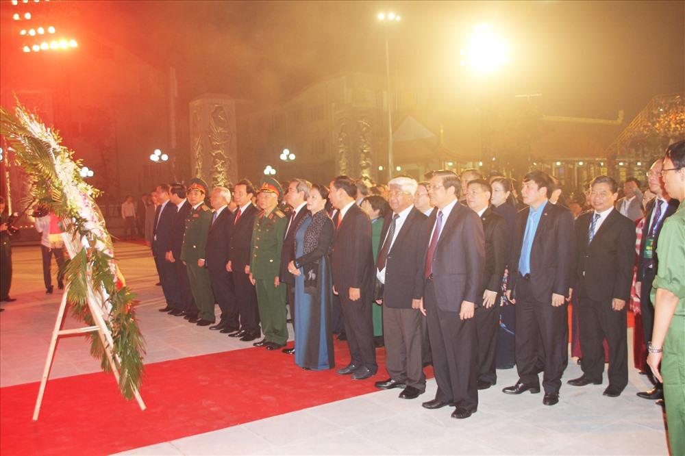 Các đồng chí lãnh đạo Đảng, Nhà nước, Quốc hội, bộ, ban, ngành TƯ tham dự Chương trình tưởng niệm. Ảnh: H.A