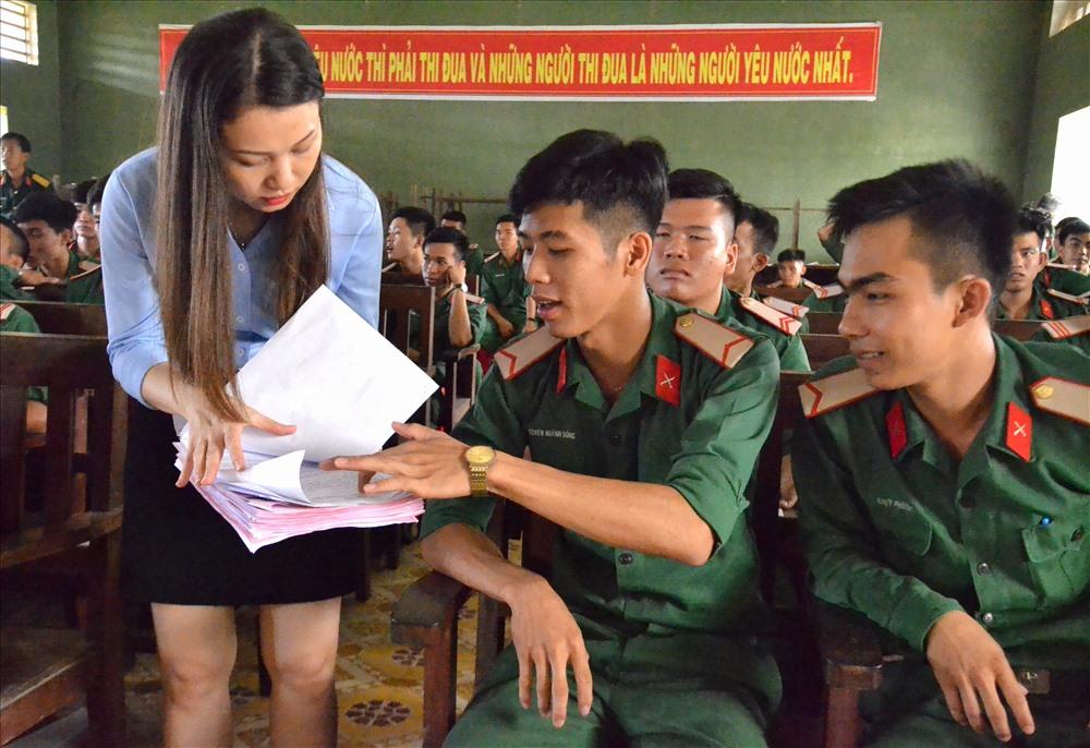 Không chỉ trao tài liệu, các thành viên của đoàn công tác còn cẩn thận giải thích, hướng dẫn khi các chiến sĩ có nhu cầu. Ảnh: Lục Tùng