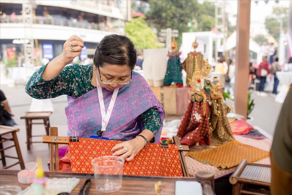 Nghề thêu truyền thống của Thái Lan cũng được giới thiệu đến du khách tại Lễ hội.