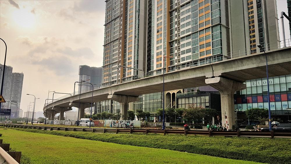 Với rất nhiều kỳ vọng về phương thức giao thông an toàn, tiện lợi nên không chỉ TPHCM đổ tiền vào đầu tư mà các các dự án bất động sản cũng tập trung vào điểm mạnh này nhằm tăng lợi thế cạnh tranh, thu hút khách hàng. Ảnh: Trường Sơn