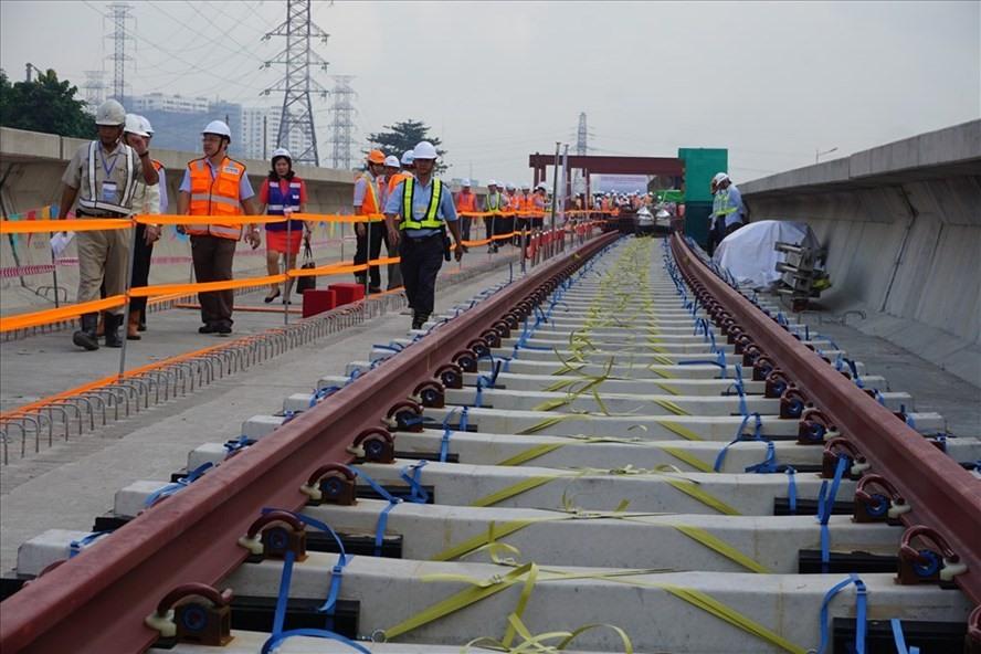 Về vấn đề này, KTNN cho rằng Metro số 1 Bến Thành - Suối Tiên áp dụng tiêu chuẩn kỹ thuật hệ thống đường sắt đô thị châu Á - Strasya. Tuy nhiên, một số chỉ tiêu lại không tuân thủ đúng chỉ dẫn như sử dụng loại ray UIC 54 thay cho ray 50 kgN; tải trọng trục 16 tấn/trục thay cho 14 tấn/trục