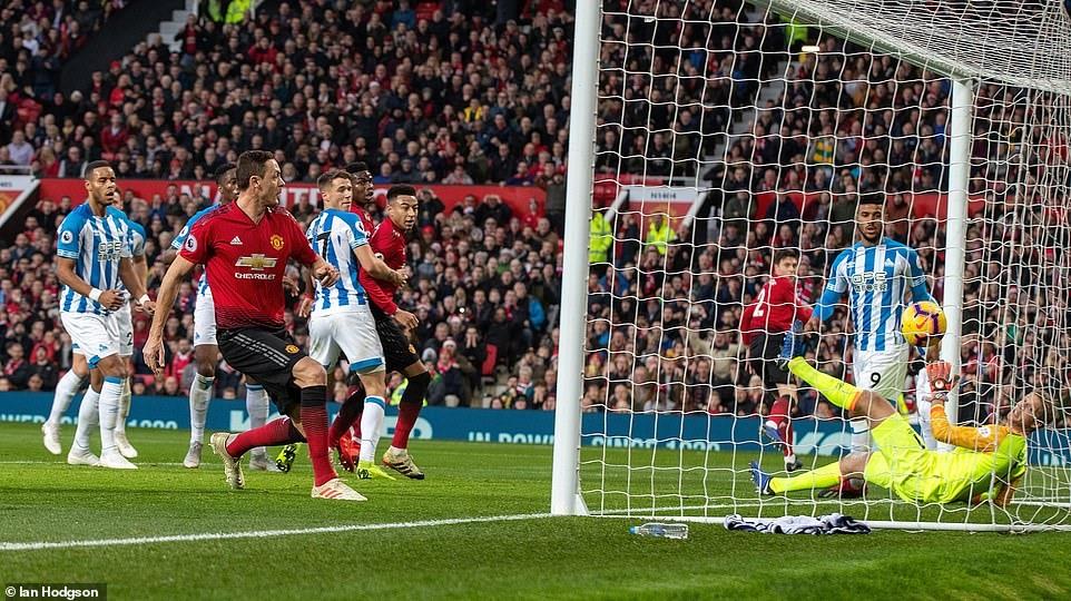 Matic (áo đỏ trái) đã ghi bàn mở tỷ số trận đấu. Ảnh: Daily Mail.