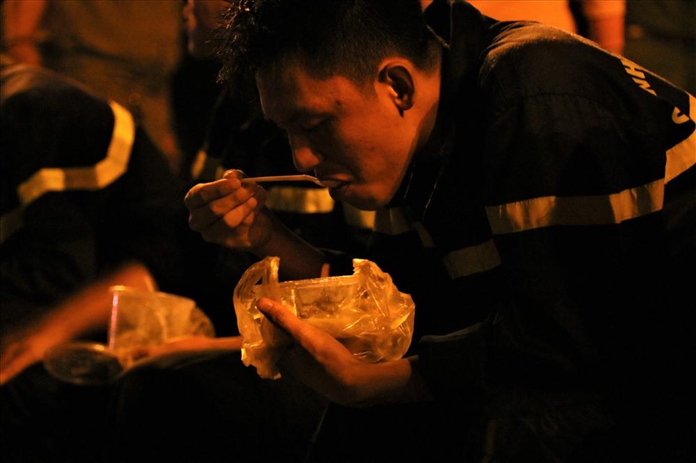 Những muỗng cơm ăn vội lúc giữa khua...Ảnh: Bảo Trung
