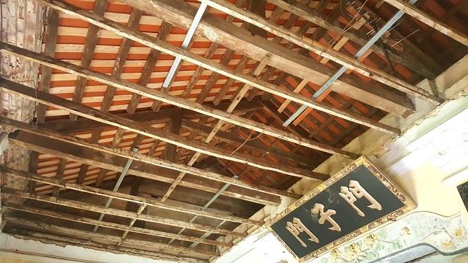 Ông Tiệp chia sẻ, trần nhà tầng 2 bằng vôi vữa trộn với rơm. Do lâu ngày, lớp hỗn hợp đó hay bong tróc, rơi xuống nên ông đã cho tháo dỡ xuống.