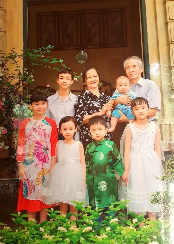 Vợ chồng ông Tiệp chụp ảnh cùng các cháu bên ngôi biệt thự cổ.