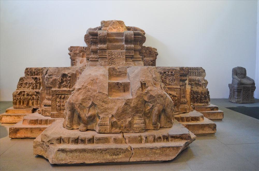 Đài thờ Đồng Dương 22.24 được làm bằng chất liệu đá sa thạch.