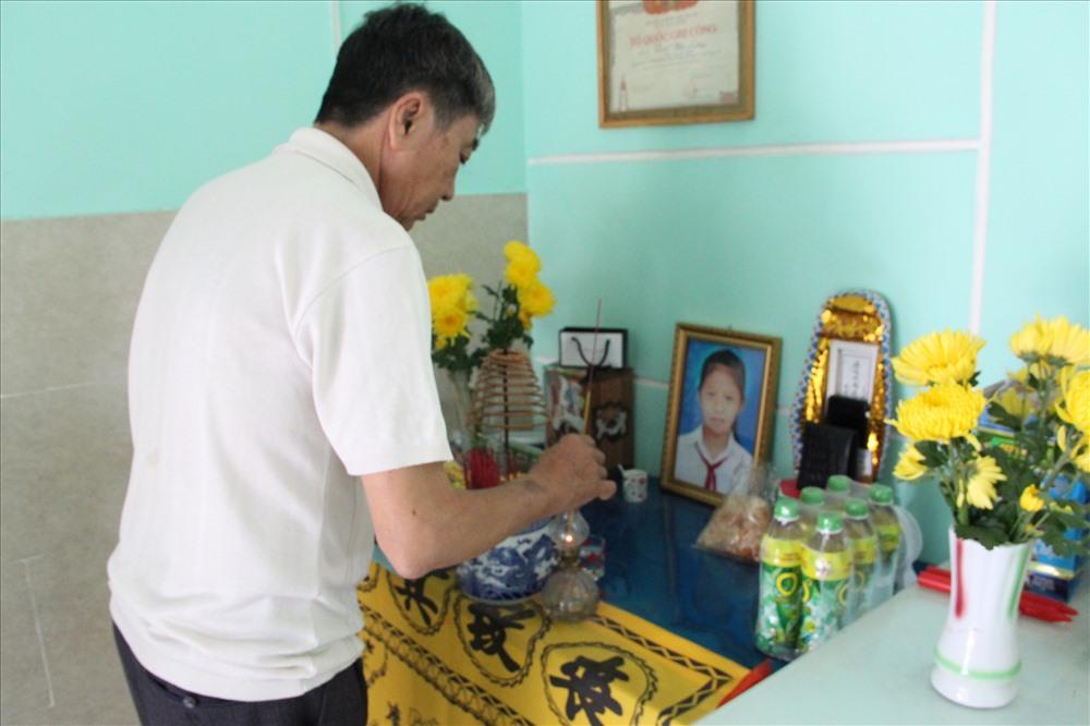 Việc khó khăn trong làm giấy chứng tử cho con gái khiến gia đình ông Trần Văn Hoàng thêm đau xót.