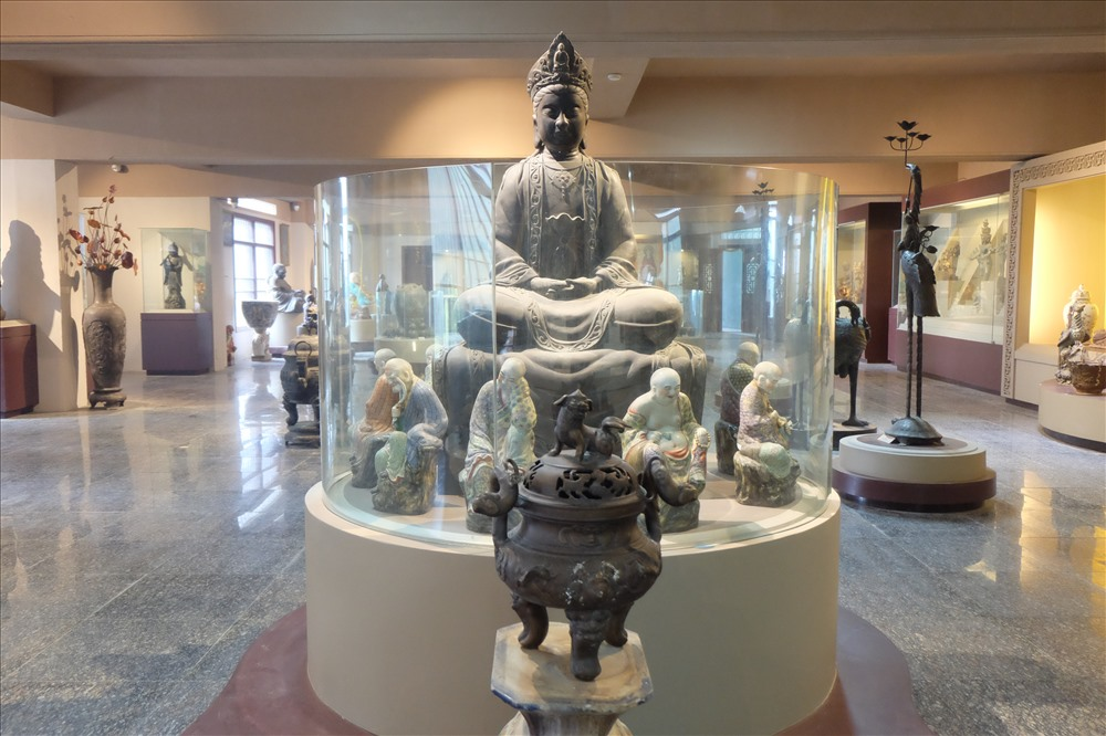 Nhiều sưu tập phản ánh di sản Phật giáo, phong phú đa dạng về phong cách thể hiện và chất liệu, có niên đại tập trung trong vài ba thế kỷ gần đây, nhưng cũng có nhiều hiện vật có niên đại khá sớm.