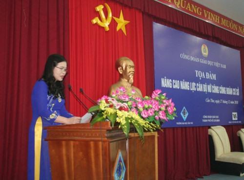 Đồng chí Nguyễn Thị Bích Hợp - Phó Chủ tịch CĐ Giáo dục VN phát biểu tại buổi tọa đàm. Ảnh: Quốc Ngữ