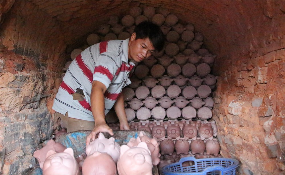 Gốm được xếp vào lò nung từ 10 đến 12 giờ.
