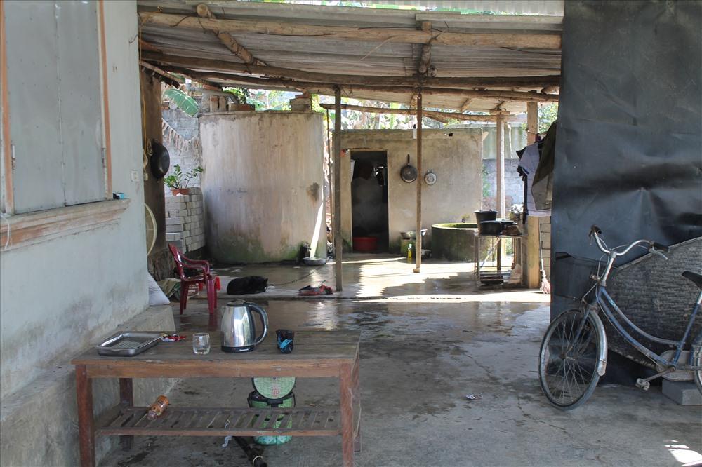 Gia đình và bà con làng xóm đang chuẩn bị các thủ tục để an táng anh theo phong tục địa phương.