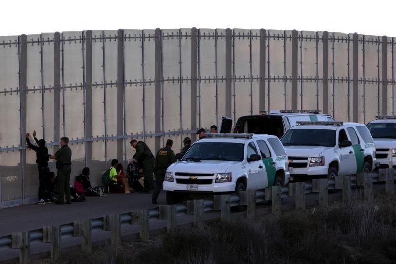 Sau khi được kiểm tra an ninh, những người nhập cư sẽ được đưa đến một trại tị nạn khác. Dù vậy, đối với nhiều người, việc ở trên đất Mỹ đã là một bước tiến. Hồ sơ tị nạn của họ sẽ được xem xét và nếu đủ điều kiện, một số người sẽ được ở lại. Ảnh: Reuters.