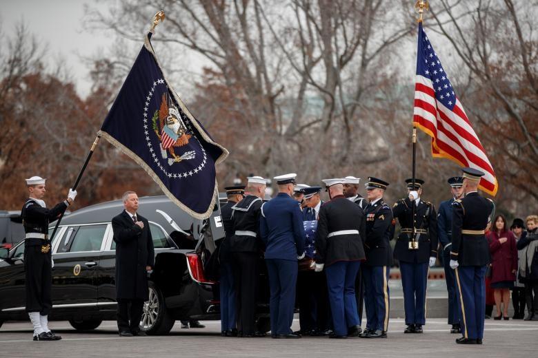 Linh cữu cố tổng thống George H.W Bush ngày 5.12 được đưa từ tòa nhà Quốc hội đến Nhà thờ Quốc gia ở Washington để tổ chức quốc tang. Ảnh: Reuters.