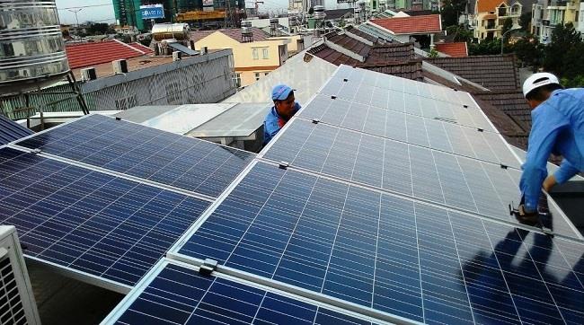 Vì chi phí lắp đặt cao và ngành điện chưa hoàn chỉnh thủ tục mua bán điện nên chưa thú hút được nhiều người dân dùng điện mặt trời.