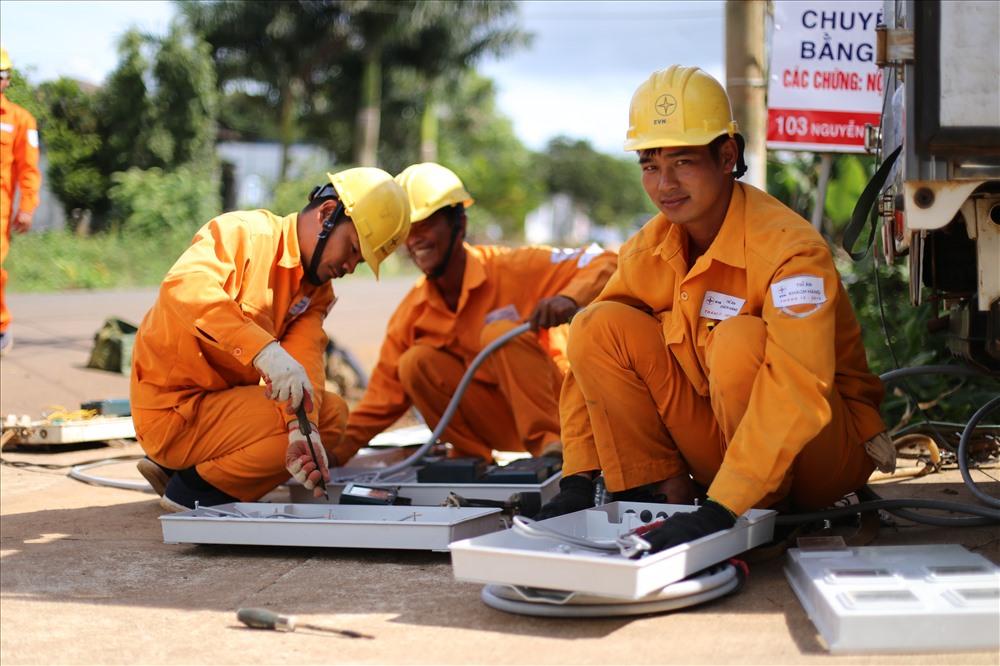 Nhân tháng tri ân khách hàng, công nhân điện lực Buôn Hồ thực hiện chỉnh trang công tơ theo tiêu chuẩn QĐ 5700 cho người dân.