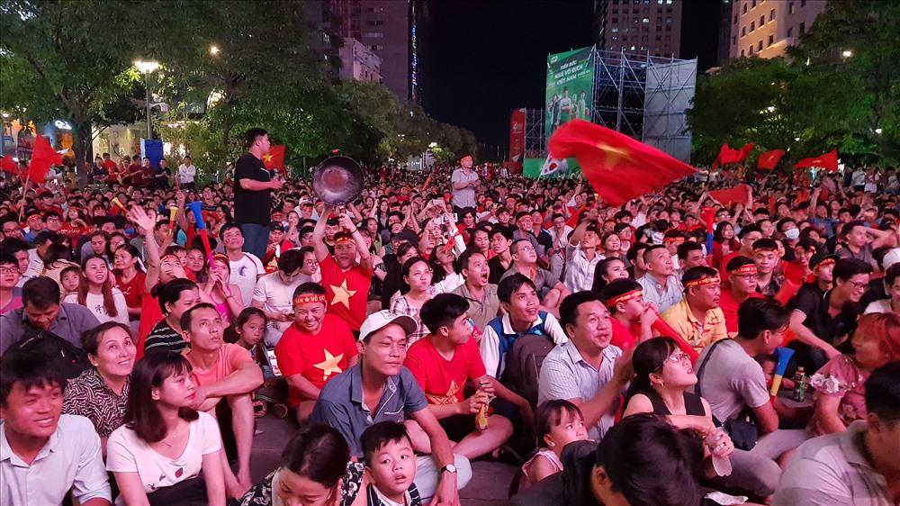 Hàng vạn cổ động viên đang phủ kín phố đi bộ Nguyễn Huệ. Ảnh: Trường Sơn