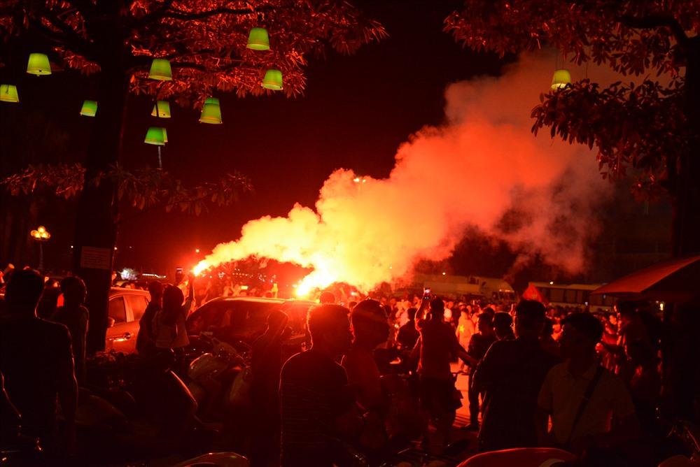 Không nhận thức được những nguy hiểm tiềm ẩn, cổ động viên đốt rất nhiều pháo sáng cùng lúc.