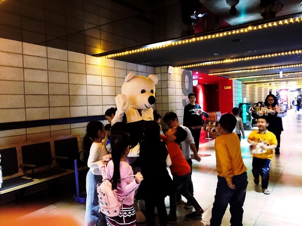 Các em nhỏ rất yêu thích Mascot Vietcombank