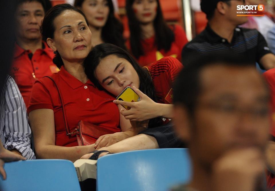 Quỳnh Anh và mẹ trên khán đài cổ vũ Duy Mạnh và tuyển Việt Nam.