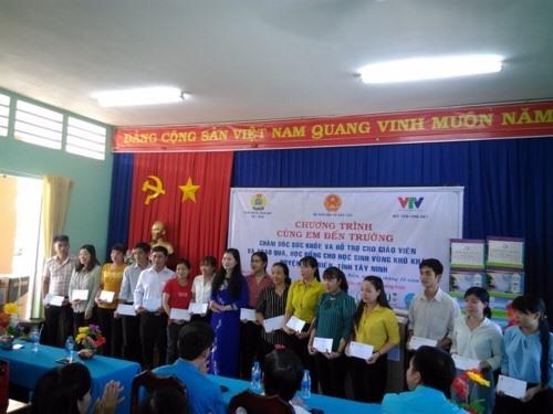 Các CĐ ngành, Hội thầy thuốc trẻ VN trao quà cho các thầy cô giáo.