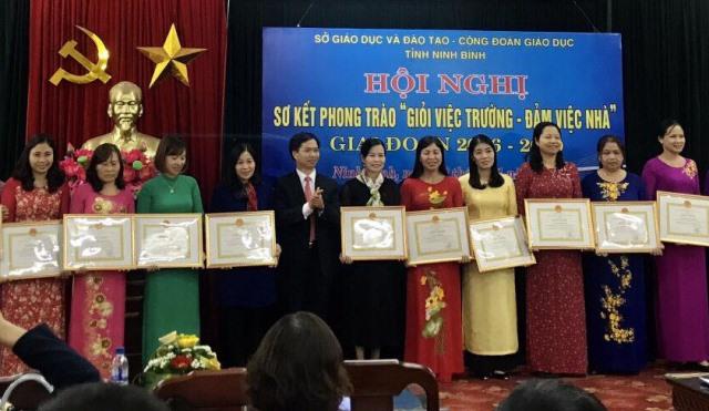 Ông Trịnh Duy Nghĩa - Chủ tịch CĐ Giáo dục Ninh Bình trao khen thưởng. Ảnh: CĐ Giáo dục Ninh Bình