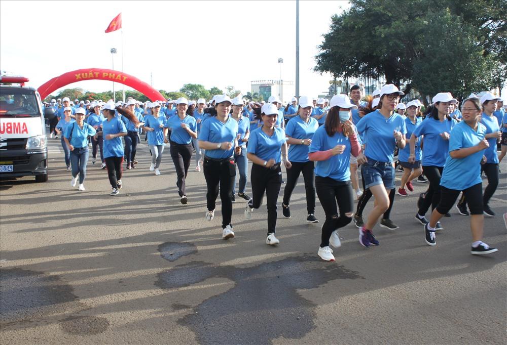 CNVC-LĐ nổi bật với áo xanh, mũ trắng trên đường chạy. Ảnh Đình Văn