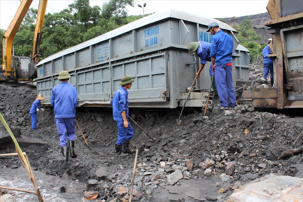 Trận đại hồng thủy cuối tháng 7, đầu tháng 8.2015 vùi lấp toàn bộ ga Lộ Phong, khiến than từ các mỏ không thể vận chuyển ra Nhà máy sàng tuyển, đồng nghĩa với việc nhiều khách hàng thiếu than. Ảnh: Nguyễn Hùng