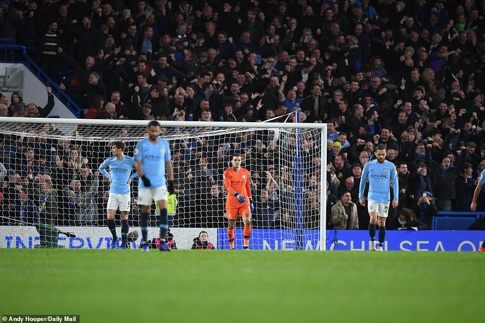 Man City chính thức mất ngôi đầu bảng Premier League. Ảnh: Daily Mail