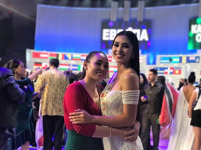 Hoa hậu 18 tuổi ôm chặt mẹ sau khi đêm thi kết thúc.