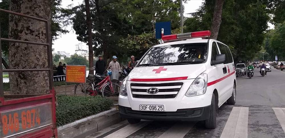Xe cứu thương có mặt tại hiện trường. Ảnh PV