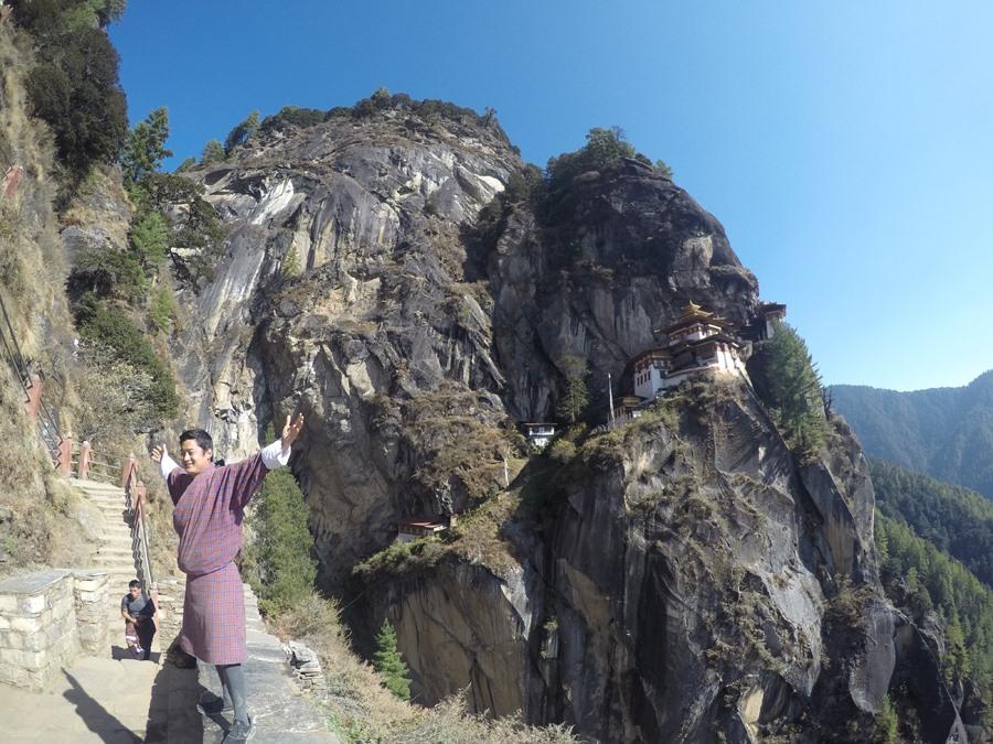 """Vẻ đẹp Tây Tạng và những """"ngôi chùa"""" bé xíu vờn mây giữa đỉnh trời."""