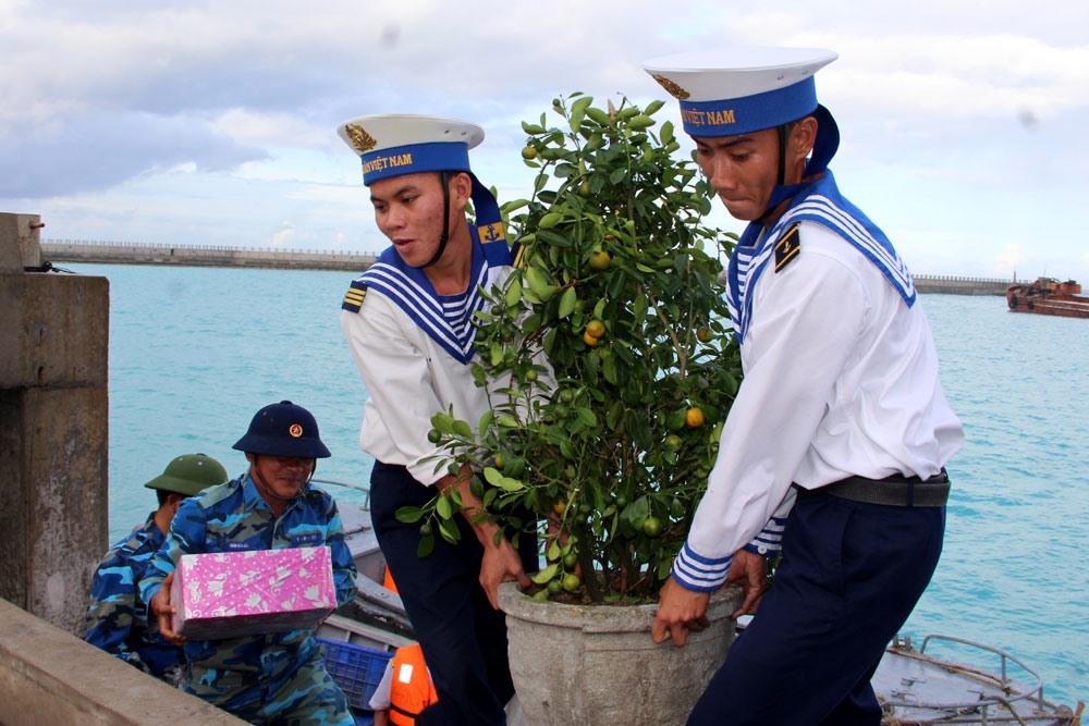 Năm nào cũng vậy, cứ đến cuối năm, những đợt tàu ra thăm và mang quà Tết cho các chiến sĩ tại quần đảo Trường Sa và nhà giàn ĐK1, trong đó có cả những cành đào, chậu quất miền Bắc, chậu mai vàng miền Nam. Trong ảnh: Chậu quất Tết lên đảo Thuyền Chài.