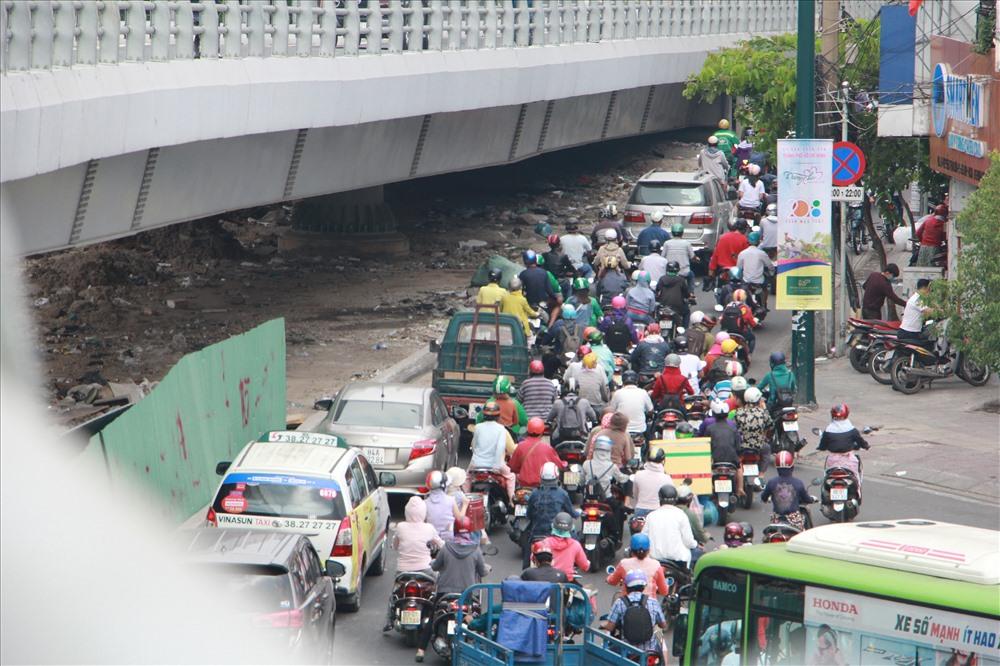 Đường Nguyễn Kiệm ra vòng xoay Nguyễn Thái Sơn cũng bị ùn tắc kéo dài.