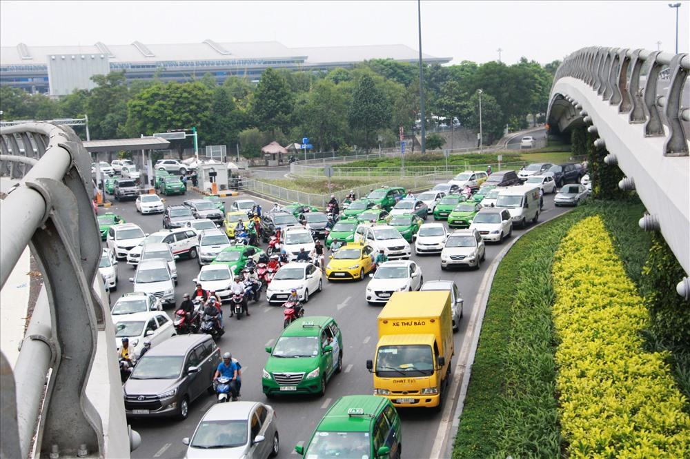Ùn tắc trước cổng sân bay Tân Sơn Nhất.