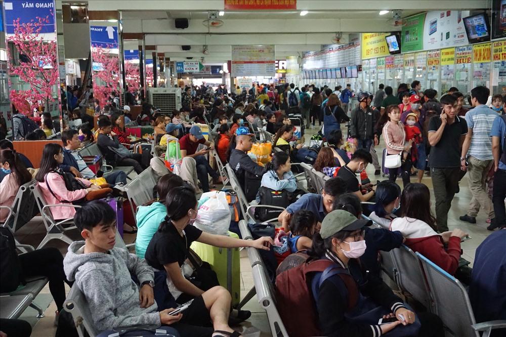 Bên trong bến xe, hàng ngàn hành khách chờ xe xuất bến để về quê ăn Tết