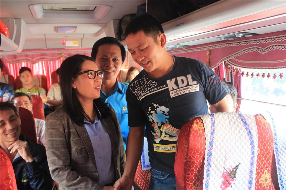 Bà Nguyễn Thị Như Ý - PCT Thường trực LĐLĐ tỉnh Đồng Nai đang thăm hỏi công nhân có hoàn cảnh khó khăn được tặng vé về quê đón tết vào sáng ngày 11.2 tại Công đoàn KCN Biên Hòa 2, Đồng Nai