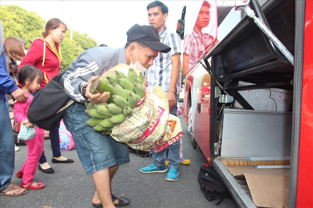 Một công nhân còn mang cả một buồng chuối về quê ăn tết