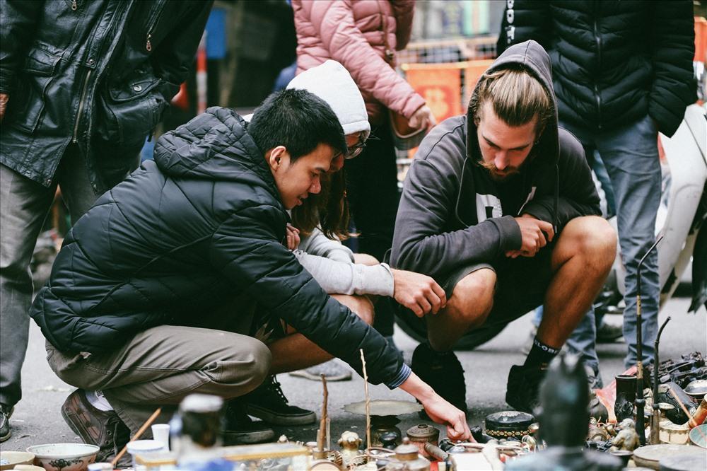 Nhiều du khách nước ngoài cũng thích thú với phiên chợ độc đáo này.