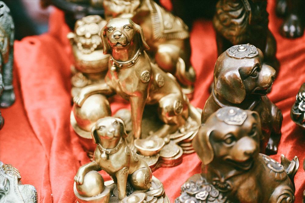 Những chú chó là linh vật năm nay khá đắt hàng và được bày bán nhiều hơn.