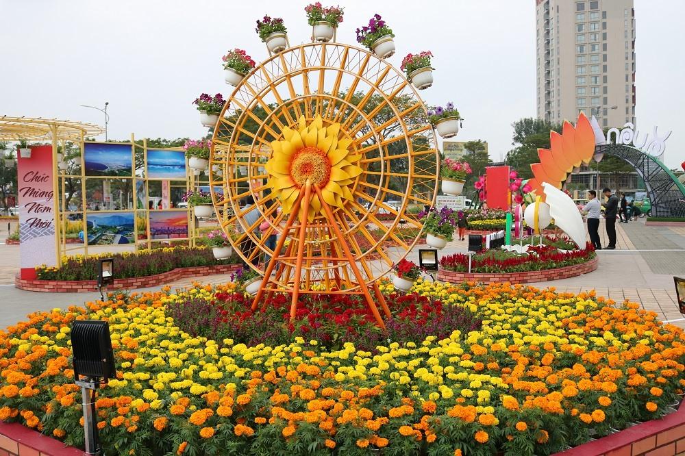 Tiểu cảnh Vòng quay Mặt trời với điểm nhấn hoa hướng dương ở giữa và tiểu cảnh thác hoa mô phỏng hai biểu tượng vòng quay Sun Wheel và đường trượt nước. Ảnh: Trâm Nguyễn