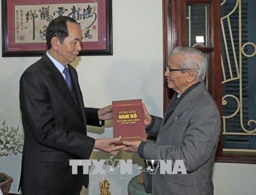 Chủ tịch nước Trần Đại Quang đến thăm, chúc Tết Giáo sư Sử học Phan Huy Lê. Ảnh: Nhan Sáng/TTXVN