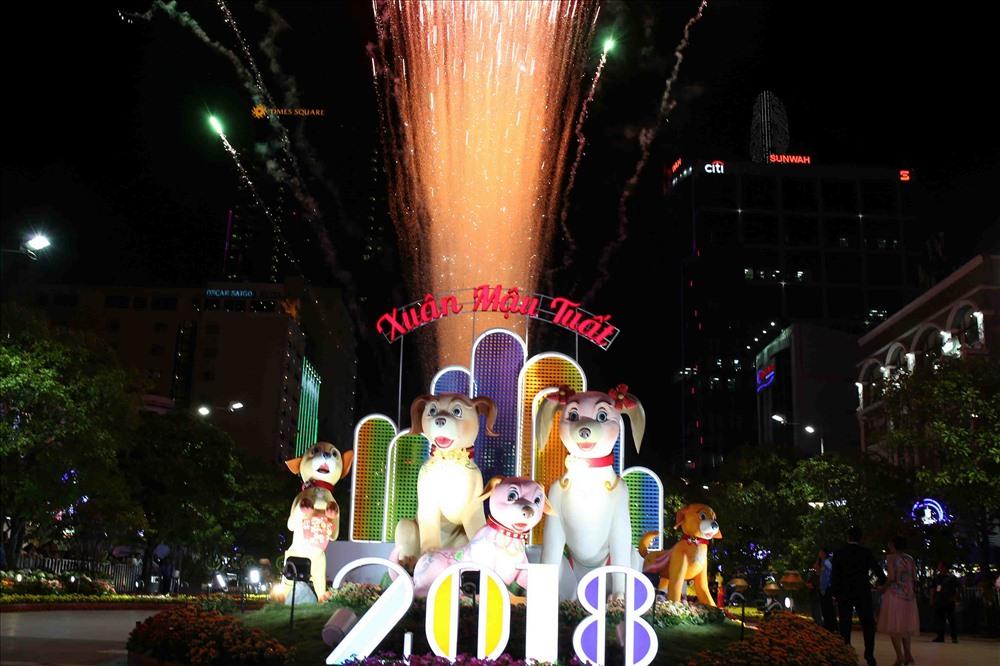 """Năm Mậu Tuất, linh vật đường hoa là gia đình chó Phú Quốc. LÀ giống chó được mệnh danh là """"Quốc khuyển"""" của nước ta, hình tượng chó Phú Quốc được khắc họa bằng những đường nét khỏe khoắn tượng trưng cho sự mạnh khỏe, dũng mãnh, hứa hẹn một năm mới thành phố sẽ vươn cao, vươn xa hơn nữa. Ảnh: T.S"""