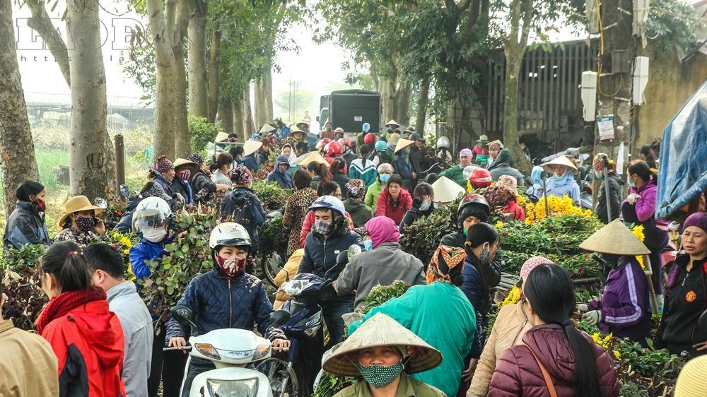 Nhiều người kéo đến mua hoa khiến cho khu vực này ùn tắc.